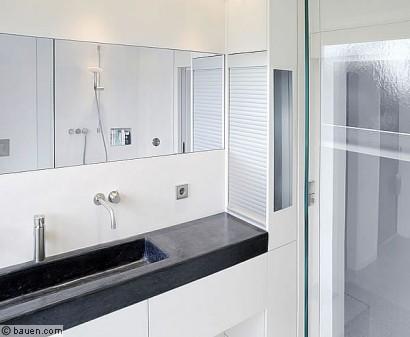 An Der Rechten Seite Des Waschtisches Wird Ein Maßgefertigter Einbauschrank  Mit Rolladenfront Sichtbar. Foto: