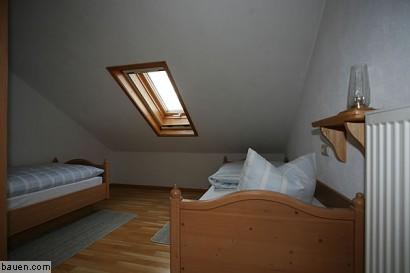 Das Etwas Dunkel Und Scheinbar Verwinkelt Wirkende Gästezimmer Mit Dem  Einzelfenster Vor Dem Umbau U2026 Foto