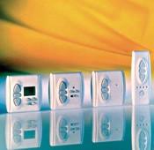 Steuergeräte für Außenmarkisen und Rollläden, auch zur Fernbedienung. Foto: Somfy