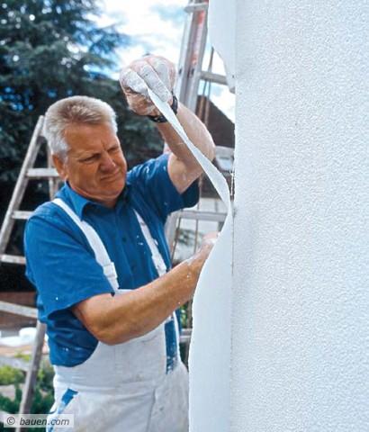 Hier kürzt unser Malermeister die Überstände an der Hausecke ... Foto: Erfurt