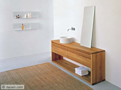 Das kommt heraus, wenn ein Möbel- und ein Waschtischspezialist zusammenarbeiten: Purismus in Reinform, aus natürlichem Holz und glasiertem Stahl. Foto: Alape/E15