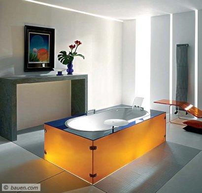 Leuchtendes Beispiel der Materialvielfalt im Wannen-Design: Eine Glas-Verkleidung, die in zehn Farben erhältlich ist, umgibt die Wanne Lucent. Je nach Lichteinfall beginnt das Glas regelrecht zu leuchten. Foto: Glamü