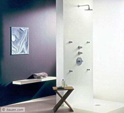 """Elegant: Vier Seitenbrausen, Kopfbrause und Bediengriffe sind sichtbar, der Rest verschwindet in der Wand. Das Duschsystem gehört zur Designlinie """"F1"""", entworfen von F.A. Porsche. Foto: Grohe"""