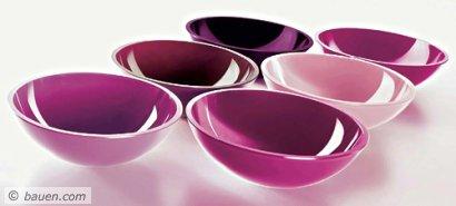 Glaswaschtische – ein moderner Quader aus Glas mit einer integrierten Waschschüssel – in pudrigen Farbnuancen von Brombeerrot bis Altrosa, oder auch in nahezu jeder anderen Farbe nach Wunsch: zum Anbeißen schön. Foto: GVD