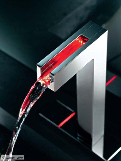 """Faszinierend: Das Licht im offenen Wasserlauf der Waschtisch-Sensorarmatur """"Hansacanyon"""" ändert seine Farbe je nach Wassertemperatur. Foto: Hansa"""