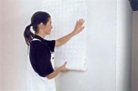 Tapete direkt von der Rolle auf der Wand anlegen, blasenfrei andrücken, die Vliestapete benötigt keine Weichzeit. Foto: Deutsches Tapeteninstitut