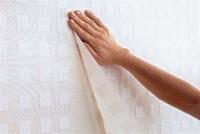 Vliestapeten werden Stoß auf Stoß geklebt und nicht überlappend. Foto: Deutsches Tapeteninstitut