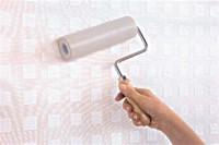 Abschließend mit der Rolle die Tapete glatt an die Wand drücken – fertig! Foto: Deutsches Tapeteninstitut