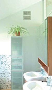 Durch die im oberen Wandbereich angebrachten Luftdurchlässe wird die verbrauchte Luft aus dem Bad abgeführt und sorgt für klare Sicht auf den Badezimmerspiegeln. Foto: CPZ