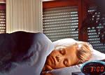 Ruhig schlafen kann, wer über Rollläden an den Fenstern verfügt. Vorbaurollläden von Roma sind mit einem zusätzlichen Sicherheitspaket erhältlich. Besonders starke Profile aus Aluminium mit einem speziellen Hartschaumkern machen den Einbrechern das Leben noch schwerer. Sie lassen sich nicht verbiegen und können so nicht herausgerissen werden - Foto: Roma GmbH