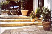 Die Bradstone-Außenplatten sorgen für mediterranes Flair auf der Terrasse. Der beige-nuancierte Bodenbelag mit seinem Naturstein-Charakter wirkt natürlich und warm und weckt Erinnerungen an laue Sommerabende. – Foto: Kann GmbH Baustoffwerke