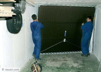 Die letzte gemeinsame Tat: Das neue Garagentor wird eingesetzt. Fotos: Gerhard Bäuerle