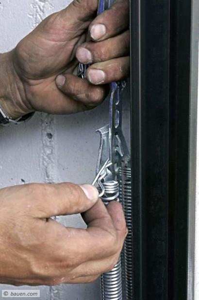 Hier werden die Federn mit einem Stift gegen Wegspringen gesichert. Fotos: Gerhard Bäuerle